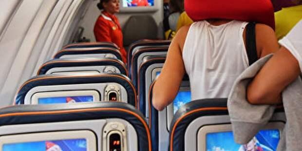 Стюардесса рассказала, почему нельзя пить воду и чай в самолете