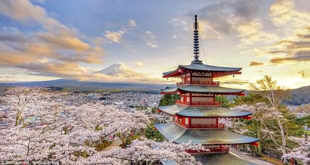 Пагода в городе Фудзиёсида в Японии
