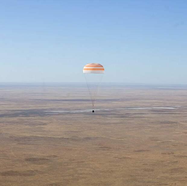 Парашютная система Ростеха вернула с орбиты первый в мире «киноэкипаж»
