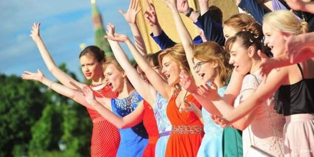 Для выпускного в Парке Горького изготовили 18 тыс масок со специальным дизайном. Фото: mos.ru