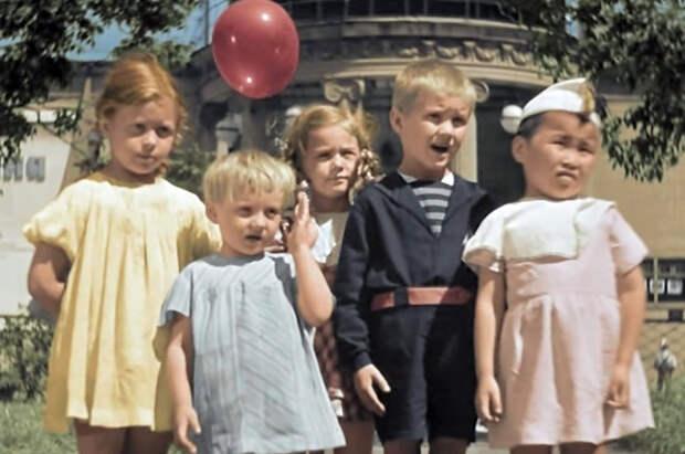 За спинами детей можно увидеть также колонны и ротонду известного дореволюционного кинотеатра «Колизей».