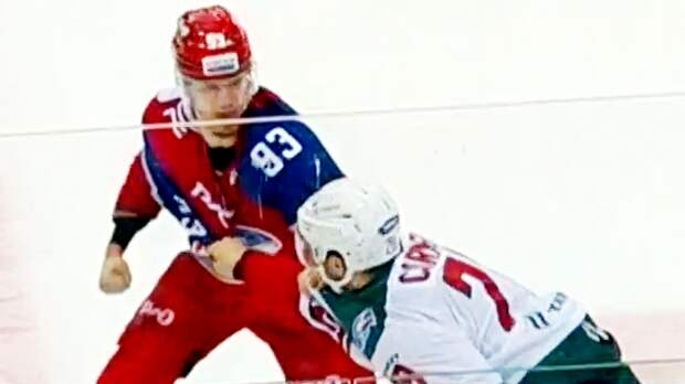 18-летний русский хоккеист уложил налед 100-килограммового канадца