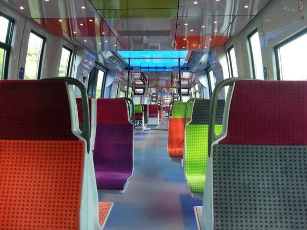 Жителям Франции посоветовали ездить в транспорте молча