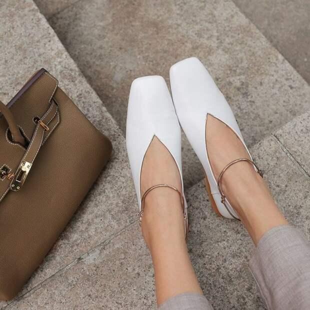 девушка в белых туфлях с квадратным мысом