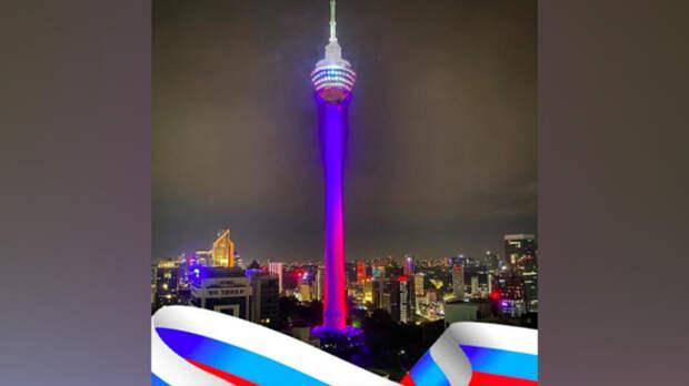 Телебашню в столице Малайзии окрасили в триколор в честь Дня России