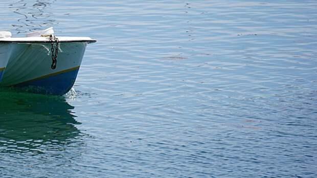 Лодка с двумя рыбаками перевернулась в Финском заливе