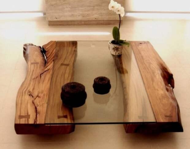 Стильный предмет мебели в восточном стиле из натуральной древесины и стекла.