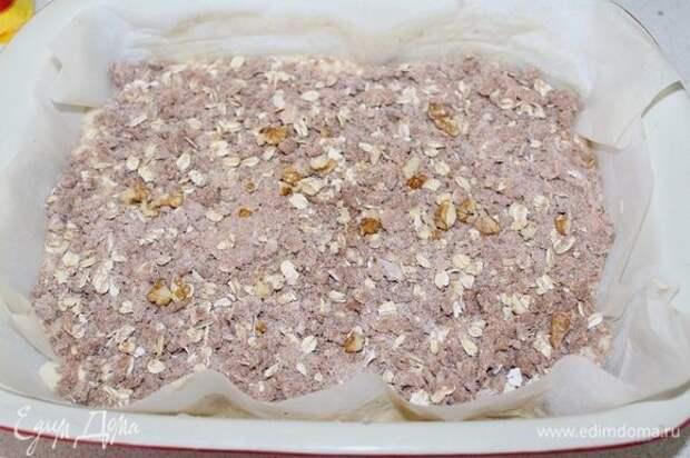Переложить тесто в форму, сверху выложить посыпку.