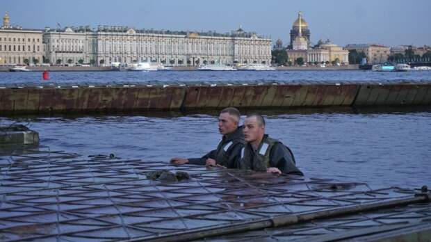Военные инженеры ЗВО навели свыше 90 понтонов в центре Петербурга