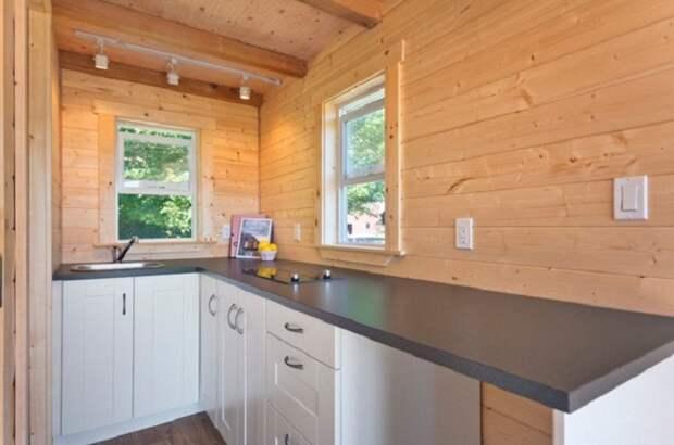 Кухня получилась функциональной и современной («Poco Pink», Канада). | Фото: tinyhousetalk.com.
