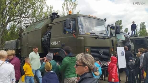 Симферопольцы в восторге от выставки военной техники в центре города в честь 9 Мая