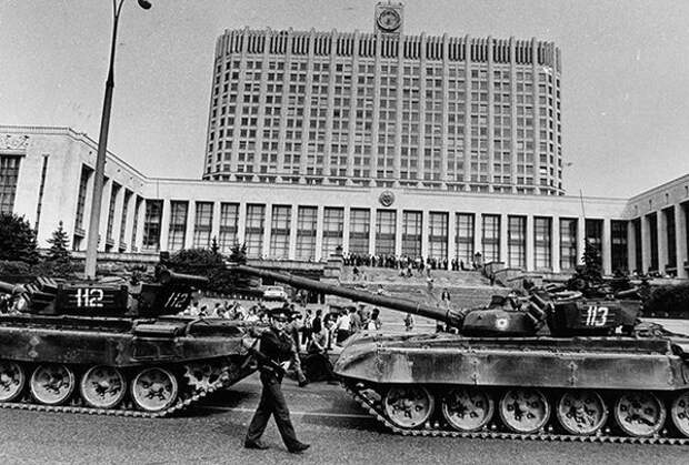 Колонна военной техники перед зданием Верховного Совета РСФСР Фото: Огонек / «Коммерсантъ»