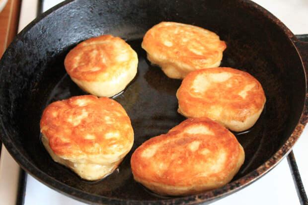 Постные дрожжевые оладьи: самый простой и лёгкий рецепт пышных оладий без молочных ингредиентов и яиц)