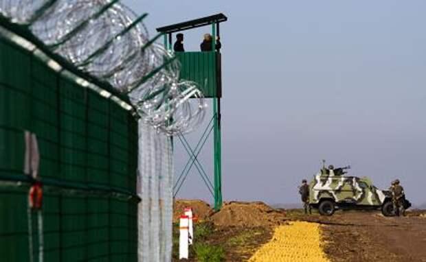 """На фото: укрепления в рамках проекта """"Стена"""" на украинско-российской границе"""