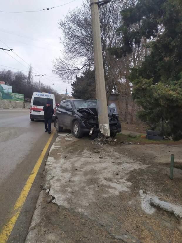 На трассе Алушта-Ялта машина влетела в столб, погиб один  человек