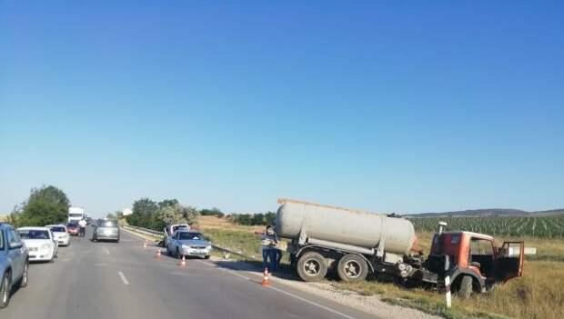 На крымской трассе в ДТП с легковушкой и КАМАЗом погиб человек