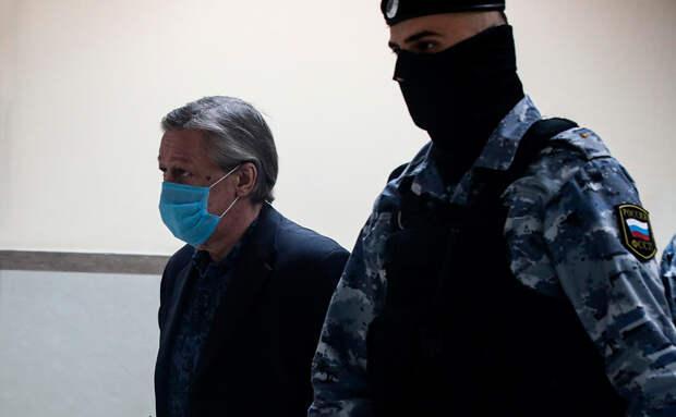 Суд приговорил Михаила Ефремова к восьми годам колонии