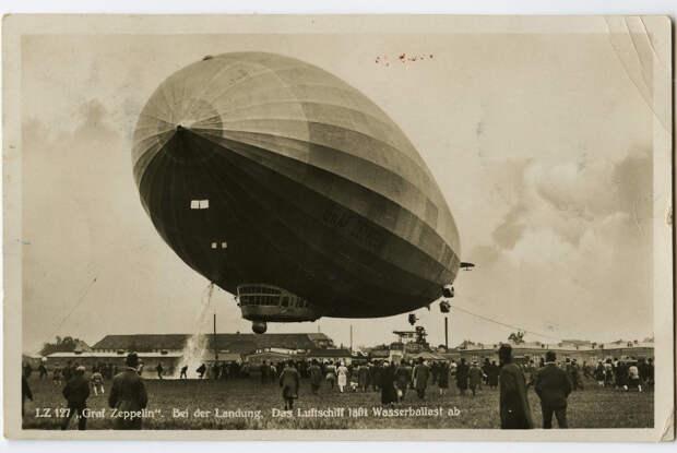 Graf Zeppelin (LZ-127) сбрасывает водяной балласт. Немецкая открытка 1931 года