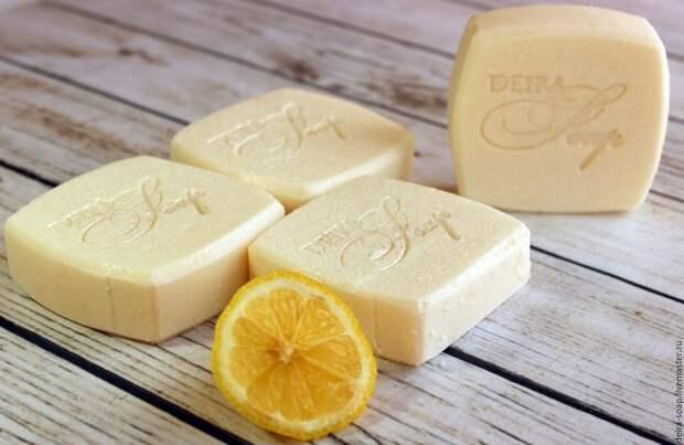 Мыло и лимонный сок не повредят кожаное изделие. / Фото: Livemaster.ru
