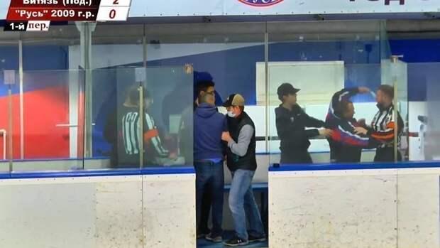 «Оборзевший юноша вмантии». Отец хоккеиста Вельмакина ответил наобвинения визбиении судьи матча детских команд