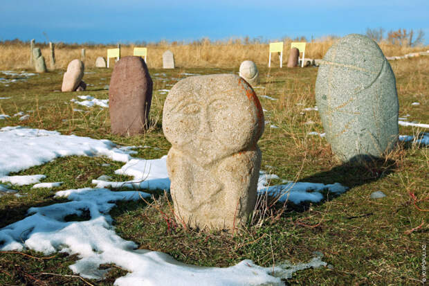 Каменные памятники в соседнем Кыргызстане находятся на побережье озера Иссык-Куль, по берегам рек Чу и...
