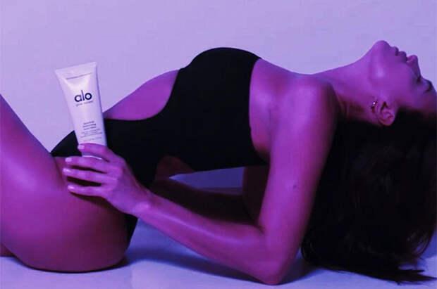 Ирина Шейк снялась топлес в новой рекламе бьюти-средства