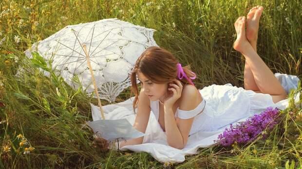 Девушка под ажурным зонтом читает письмо