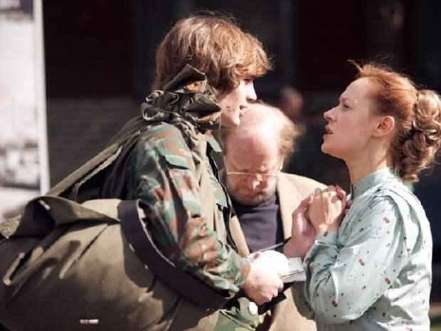 Кадр из фильма «Воин.com»: наши герои-любовники сыграли там мать и сына, а в центре - их партнёр Альберт Филозов.