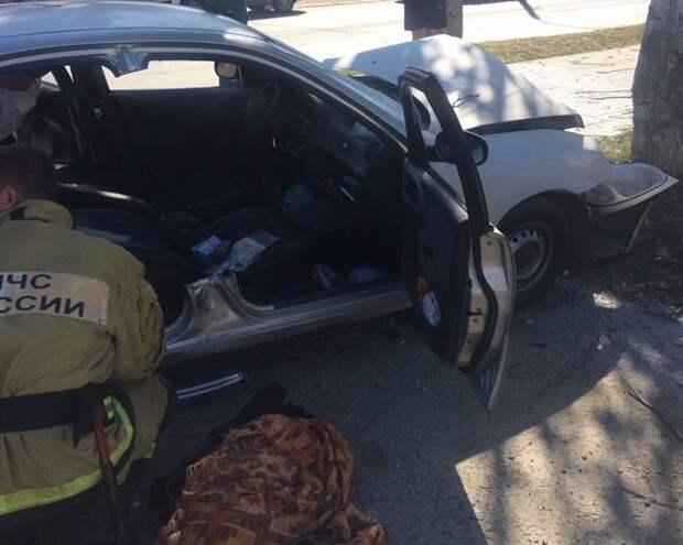 В Крыму водитель легковушки врезался в дерево