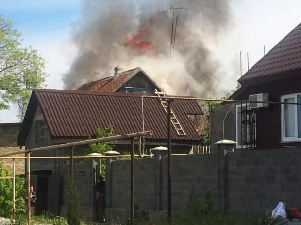 В частном секторе Севастополя полыхает деревянный дом