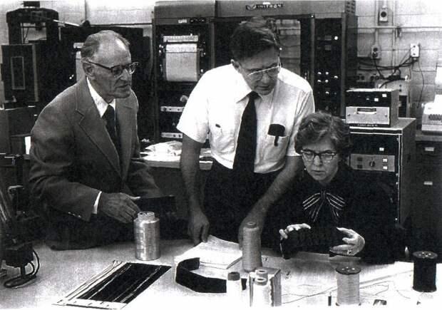 Стефани Кволек в лаборатории вместе с командой
