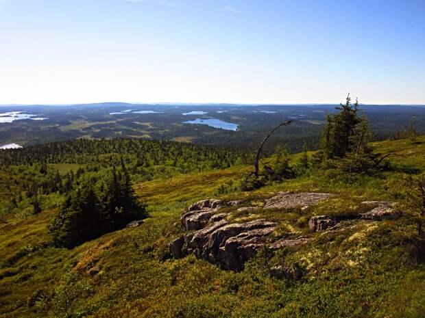 Западный склон. Вдалеке гора Рука - это уже Финляндия