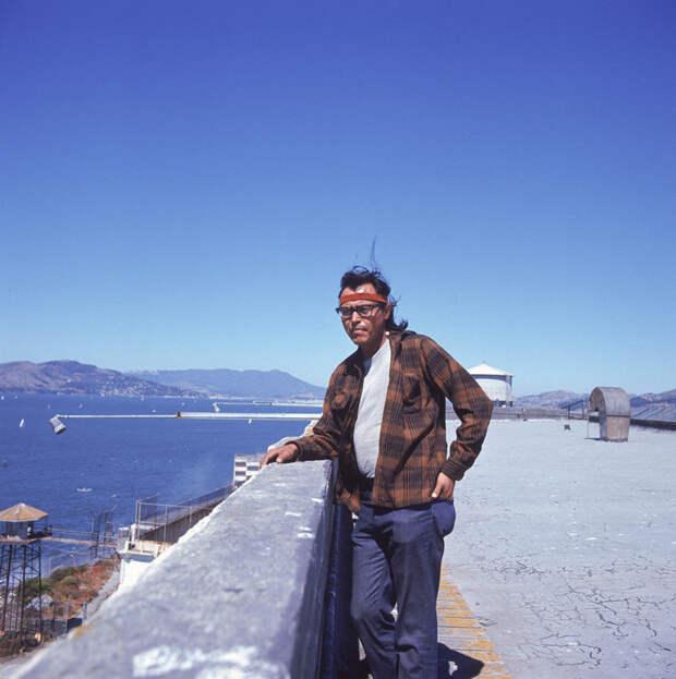 12. Коренной житель Америки стоит на крыше здания во время оккупации Алькатраса. история, мир, фотография