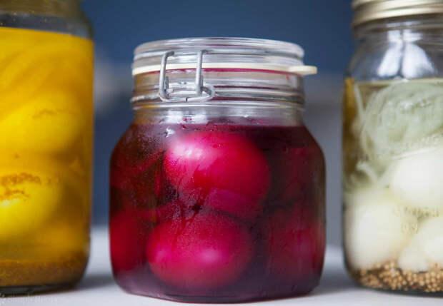 Превращаем яйца в сочную закуску: варим, а потом ставим в маринад
