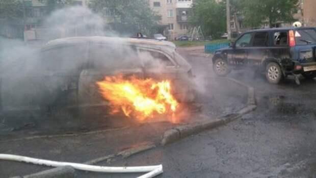 Легковушка вспыхнула на Семеновской улице в Москве