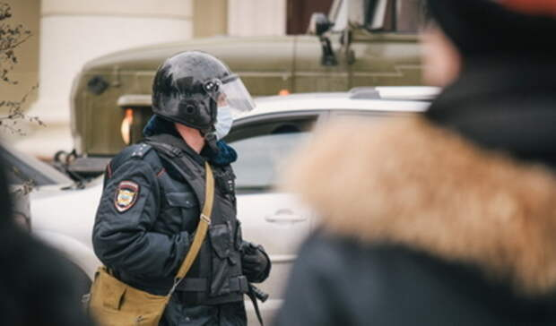 В Екатеринбурге полицейские задержали проводящую одиночный пикет пенсионерку