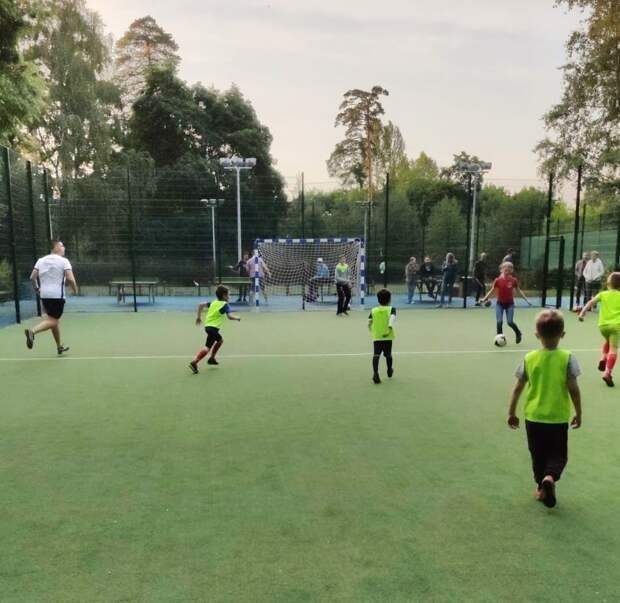 В парке у Джамгаровского пруда начались бесплатные футбольные занятия для детей