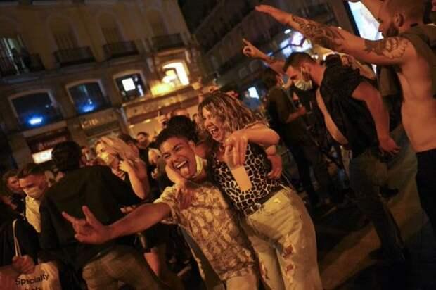 Отмену коронавирусных запретов вИспании отметили пьяными танцами наулицах