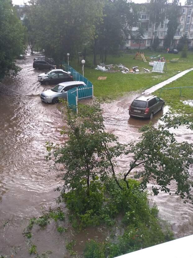 С подтопленных после дождя территорий в Ижевске откачали около 150 кубометров воды