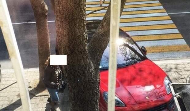 «Лишать прав надо таких»: приморцы обрушили гнев на блондинку на красном «Порше»