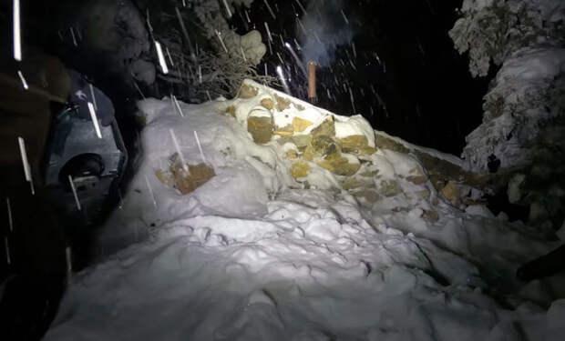 Сибиряки построили летом в тайге землянку из бревен, а зимой решили в ней заночевать под снегом. Видео