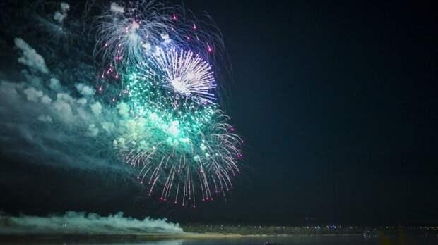 Жителям Сочи назвали время начала праздничного салюта в честь Дня Победы