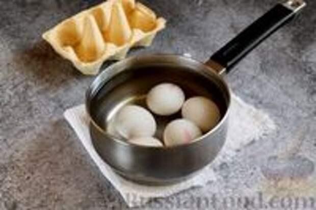 Фото приготовления рецепта: Пасхальные яйца, окрашенные каркаде - шаг №2