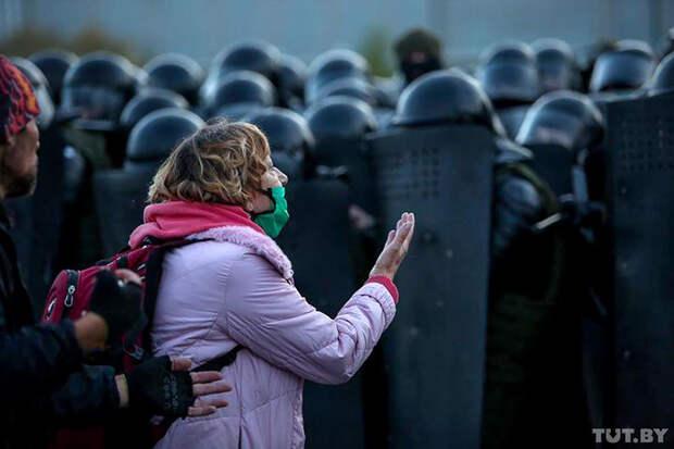 В Минске силовики забросали протестующих светошумовыми гранатами