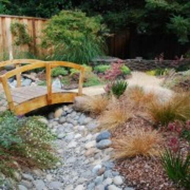 Мостик с поручнями в саду