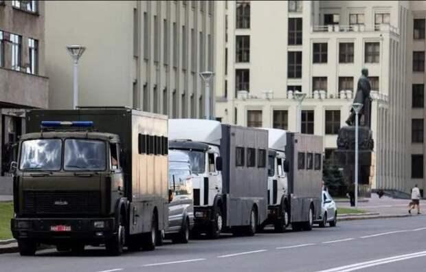 В центр Минска стягиваются колонны из спецтехники и автозаков