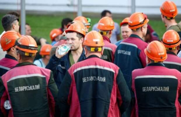 Рабочие Беларуськалия на акции протеста вблизи Солигорска, Белоруссия, 17 августа 2020 года. REUTERS/Vasily Fedosenko
