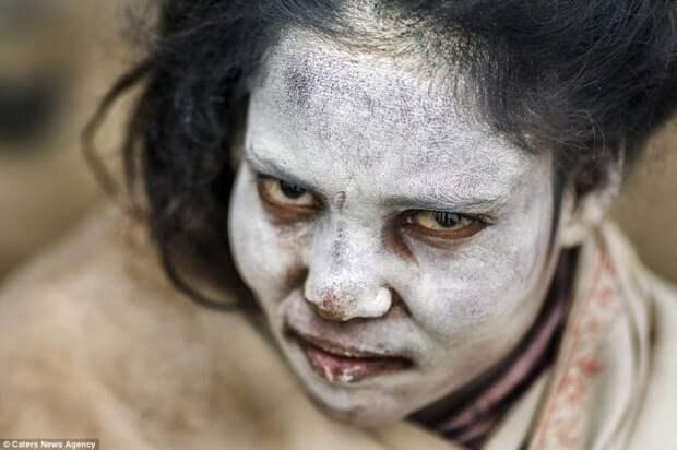 Дружелюбные каннибалы-трупоеды: Отшельники ахгори в проникновенной серии фотографий