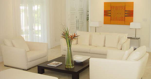 фото мягкой гостиной с белыми диваном и креслами