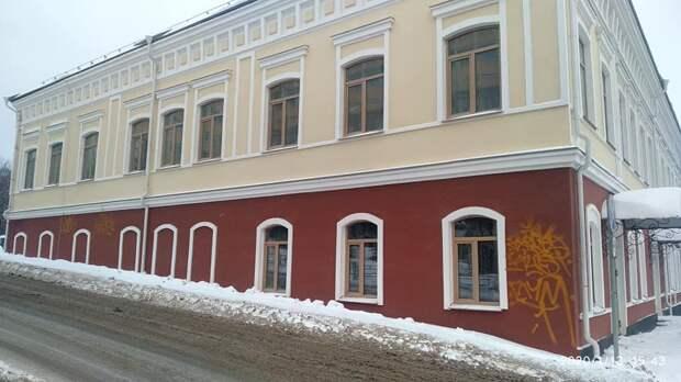 Неизвестные испортили «тегами» фасад купеческого дома в Ижевске